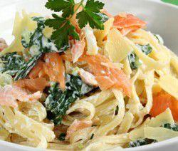 Fettuccine con salmone affumicato, ricotta, spinaci e parmigiano